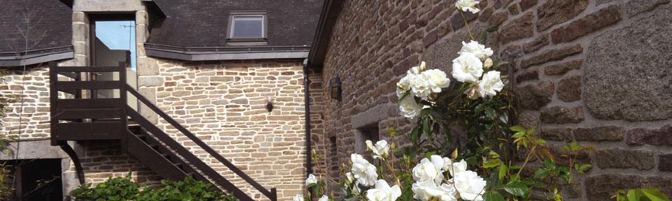 Les Pieds dans l'Herbe – Chambres d'hotes et gîtes – Rosporden – Finistère Bretagne - façade et fleurs